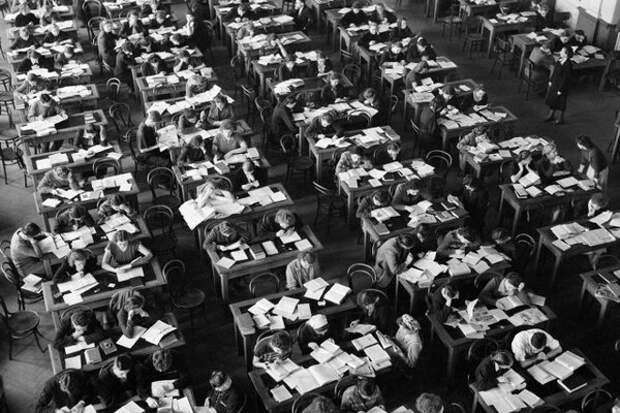 """Томск. Университетская библиотека. Рывок в космос готовился в таких вот библиотеках и учебных классах. 1957 год -- """"Спутник"""" в космосе. 1961 год -- полет Гагарина, совсем скоро."""