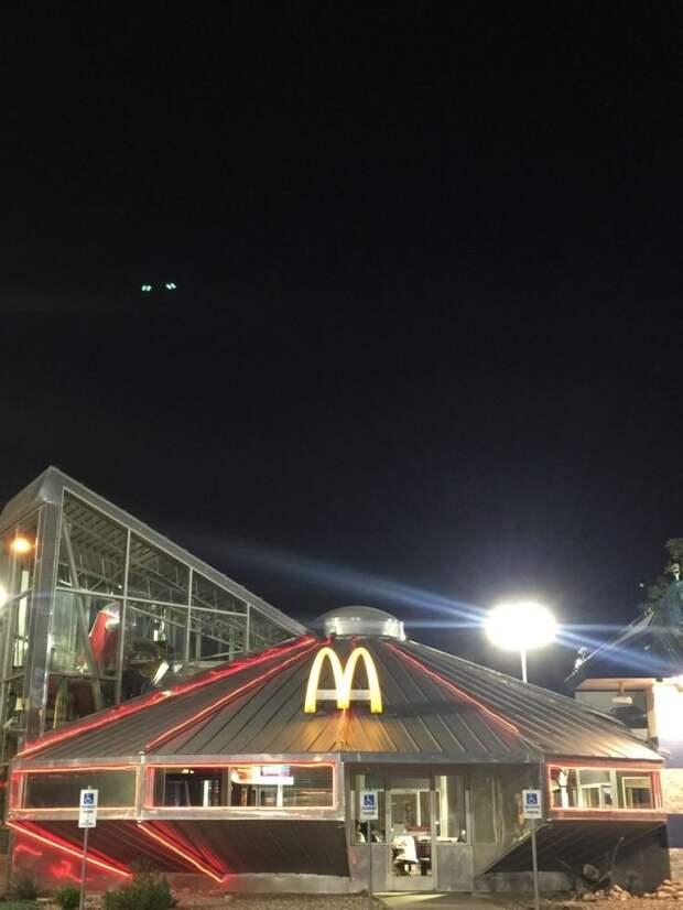 7 космических фото Макдональдса в виде летающей тарелки