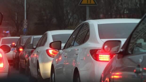 Строительный забор повредил восемь машин при падении в Петербурге