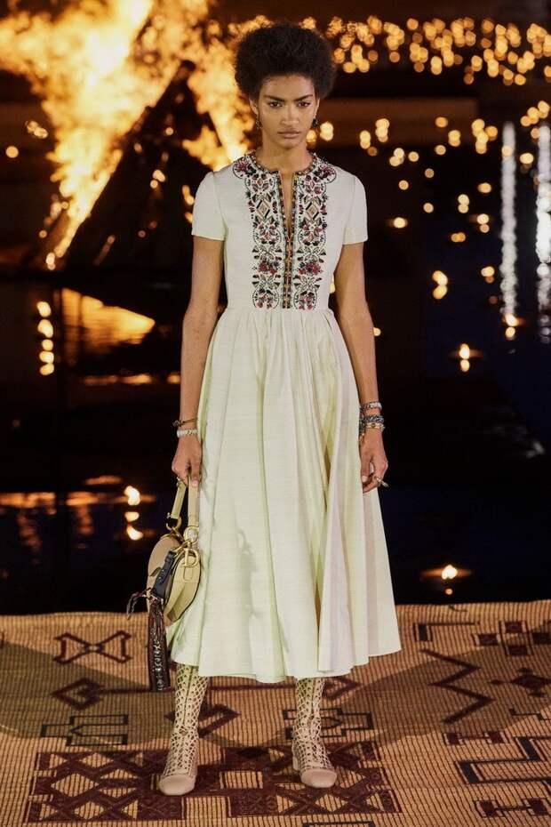 Платья с вышивкой — лучшие модели сезона 2021-2022