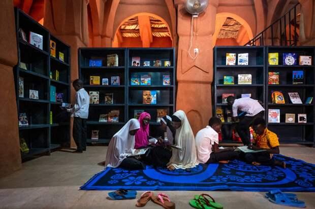 6 фото необычной библиотеки в заброшенной мечети в Нигере