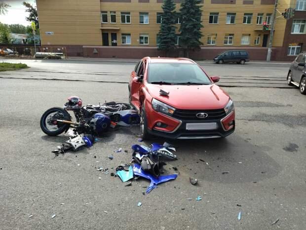 В Ижевске мотоциклист врезался в автомобиль, за рулём которого сидел пьяный водитель