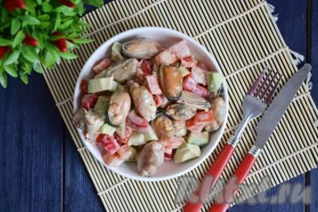 Салат с мидиями и авокадо получается неимоверно вкусным, насыщенным и полезным.