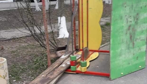 Вандалы разломали домик на детской площадке в Подольске