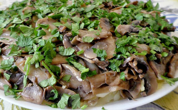 Делаем карпатский салат с грибами и мясом словно Шубу: кладем с картошкой слоями