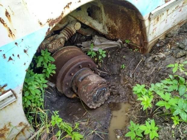 Колёса были проданы в голодные годы, а машина ушла в мягкий грунт почти до пола ЛАЗ, ЛАЗ-695Е, авто, автобус, олдтаймер, реставрация, ретро авто, ретро техника