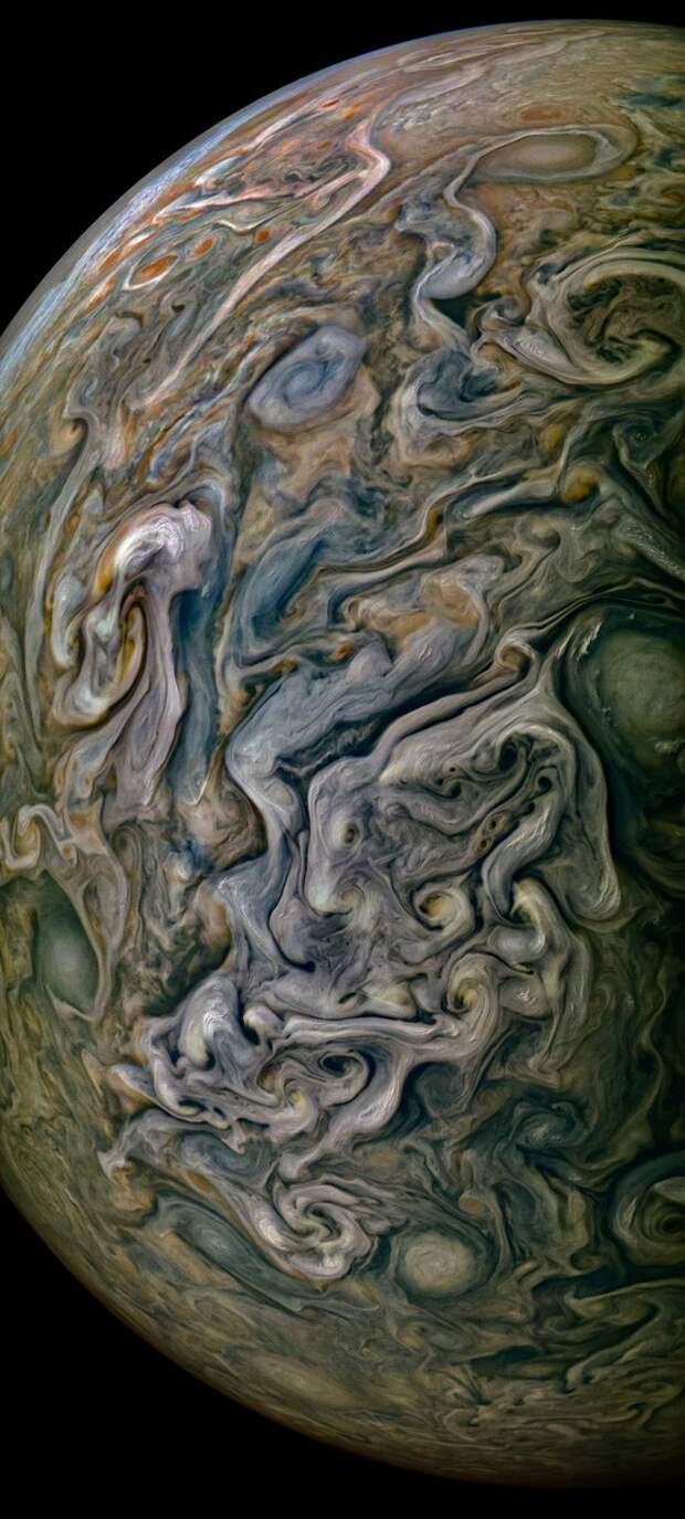 На новом детализированном фото показали красоту и хаос Юпитера