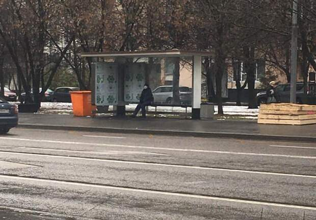 Остановку на улице Фомичёвой оснастили стеклянным павильоном с Wi-Fi