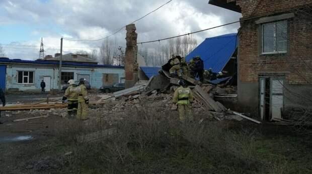 Тела двоих человек нашли после обрушения здания вСальске