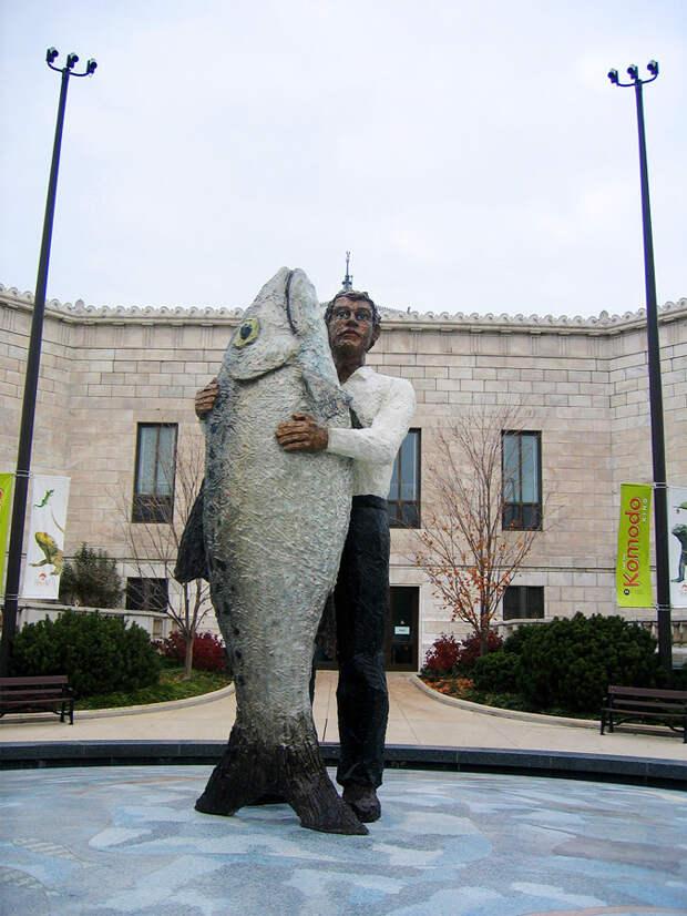 Человек в обнимку с рыбой, Чикаго, США, Северная Америка и Карибы