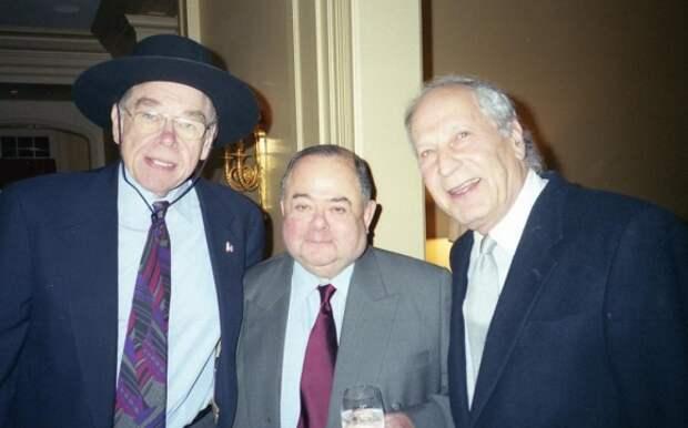 Участники проекта Sovfoto - слева направо- Риз Шонфельд, создатель CNN. Чарльз Голдстин, управляющий партнёр самой крупной Нью-Йоркской юридической фирмы Shea & Gould , Альберт Шворц , совладелец Almi Group, член американской киноакадемии