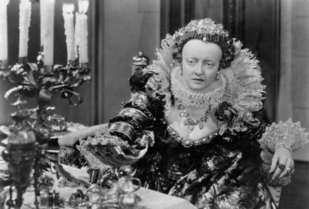 Portrait of Bette Davis in The Private Lives of Elizabeth and Essex directed by Michael Curtiz, 1939.jpg