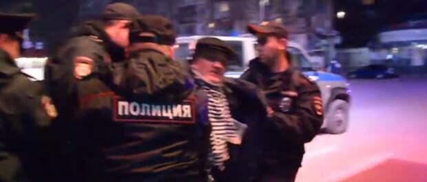 За руки и за ноги: объявившего голодовку правозащитника Севастополя забрали в полицию (ВИДЕО)