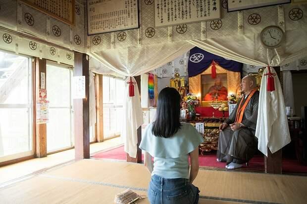 Это храм, где хранятся останки Хонмёнкай - вон он, в дальнем углу собственной персоной. У него, кстати, осуществление ритуала сокусинбуцу заняло 20 лет. Представляете!? 20 лет хвои и шишек!