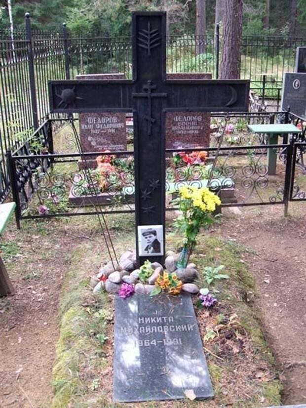 Крест на могиле Никиты Михайловского выполнен по эскизу его второй жены Екатерины