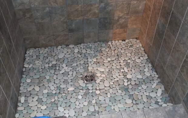 Пол из гальки лучше всего будет смотреться в ванной или душевой. дизайн интерьера, полы