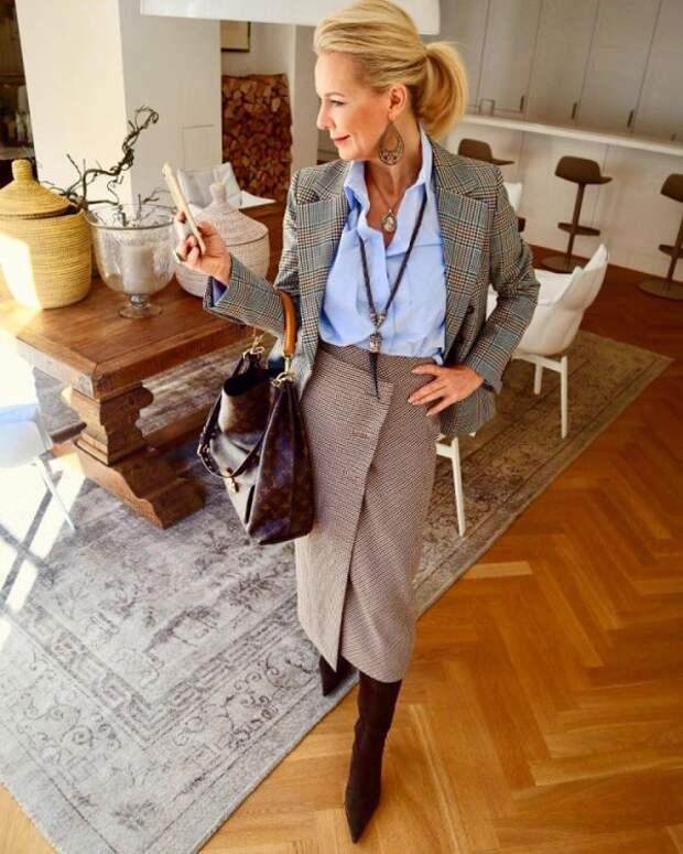 С помощью оттенков в одежде женщина может выглядеть моложе