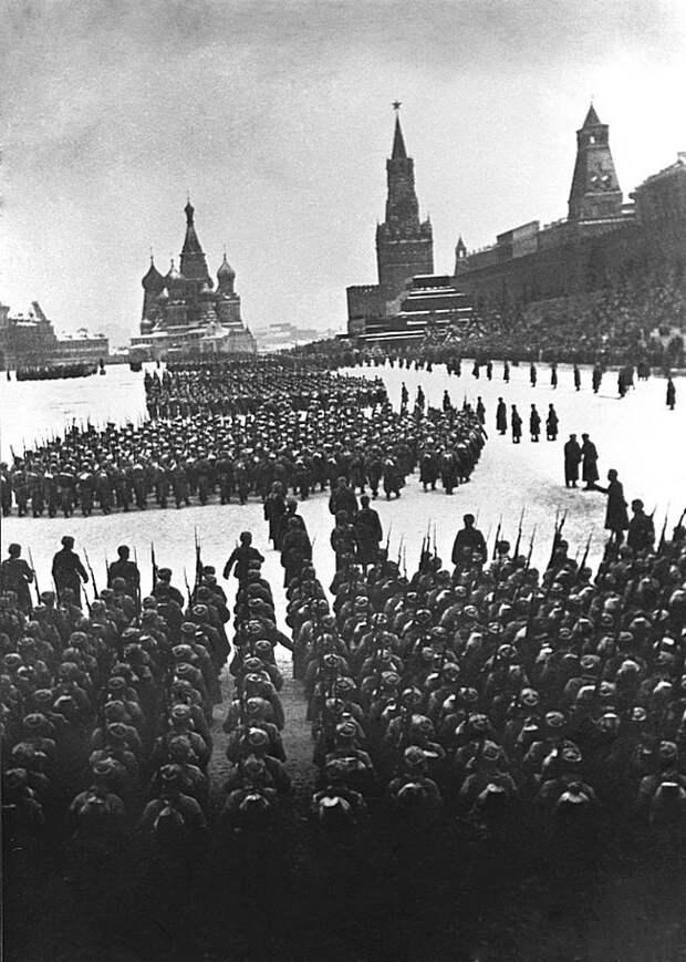 Военный парад на Красной площади. Москва, 7 ноября 1941 года. Очень известная фотография исторического парада. Велика Отечественная война, История Родины, СССР