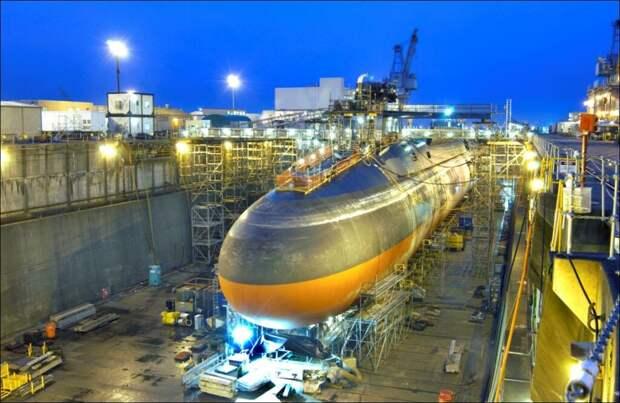 Подводная лодка USS Ohio, ставшая первой в своем классе субмарин. Кажущаяся монолитной носовая деталь корпуса — огромный кожух гидроакустической станции AN/BQR-19. Значительная его часть сделана из мягких материалов вроде неопрена и особой резины / ©U.S. Navy photo by Wendy Hallmark