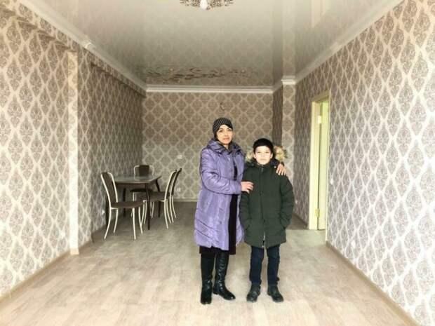 Мэр Дербента подарил квартиру 9-летнему мальчику, который убирает улицы, чтобы помочь маме