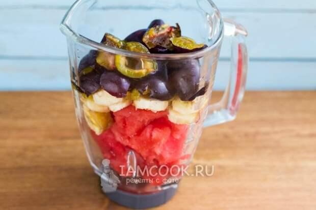 Положить ягоды и фрукты в блендер