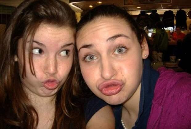 две девушки кривятся на фото