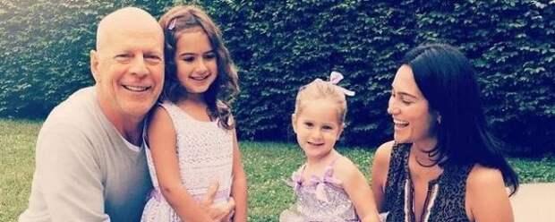 Брюса Уиллиса подвергли критике за поцелуй в губы с 8-летней дочерью