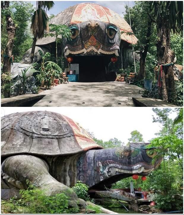 На территории «Сада роз» есть оригинальный павильон в виде гигантской черепахи. | Фото: remotegaijin.com/ patricklepetit.jalbum.net.