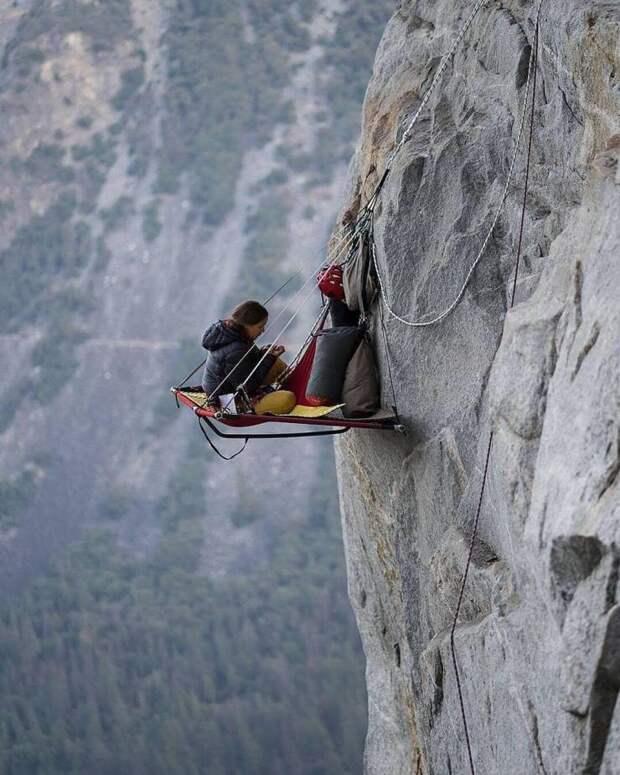 Отдых скалолаза на большой высоте
