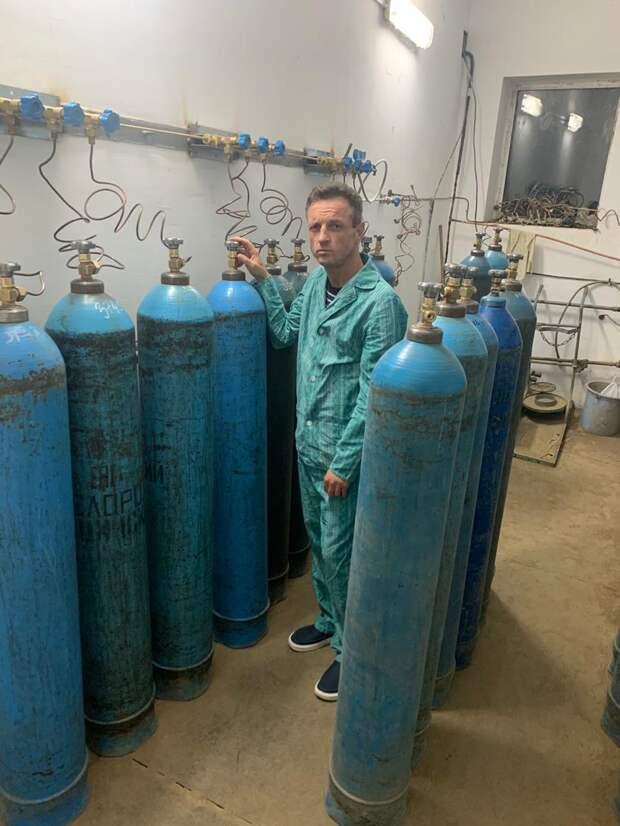 Министр здравоохранения Крыма в ковидном госпитале меняет баллоны с кислородом. ФОТО