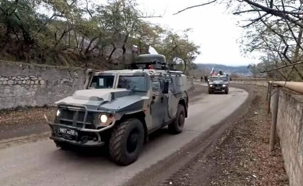 Азербайджанские военные передвигаются по Карабаху под конвоем российских бойцов