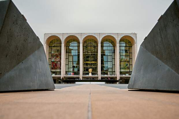 Metropolitan Opera досрочно закрыла сезон