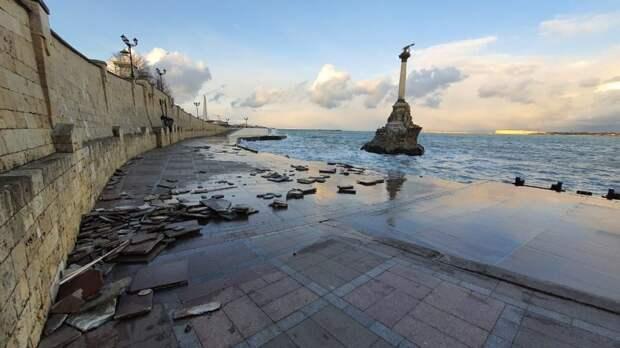 Шторм разбил набережную Севастополя