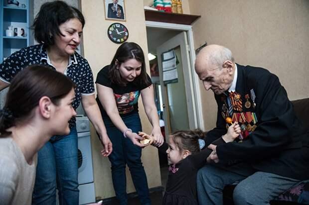 94-летний ветеран вынужден был работать до последнего времени. Сейчас он живет на кухне однокомнатной квартиры, которую занимает его семья