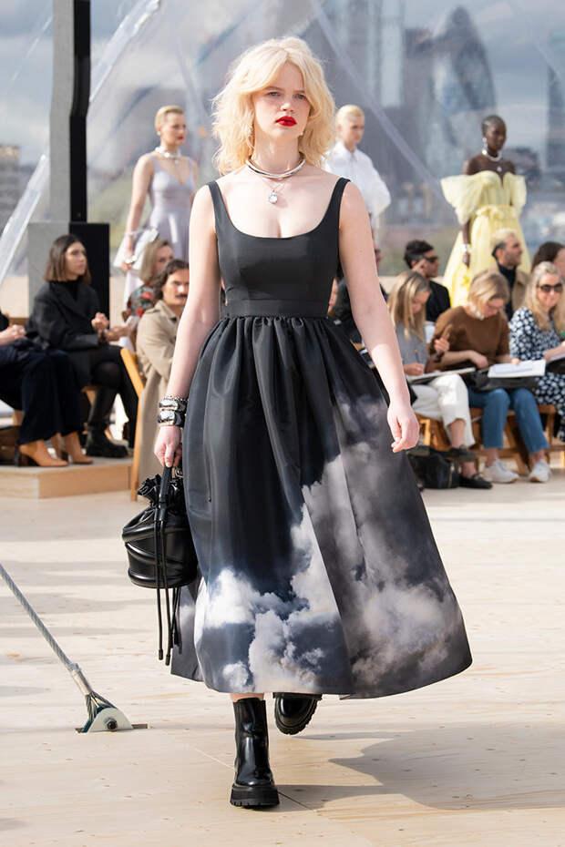 Небо, Alexander McQueen, девушка: женственность и панк в новой коллекции Сары Бертон