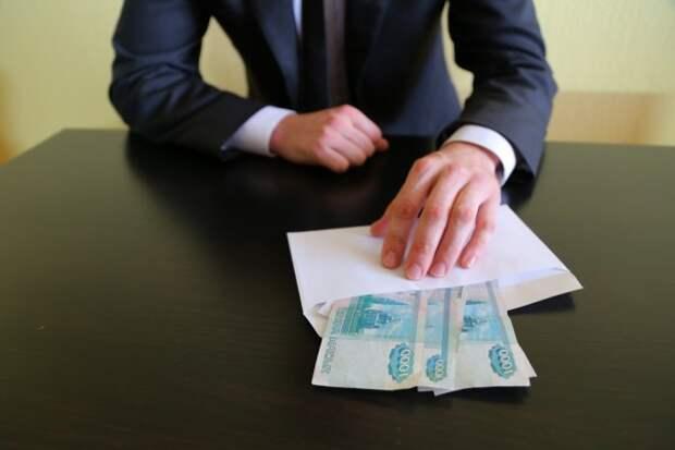 На более 7 лет за взятки: замначальника Севземконтроля лишили свободы