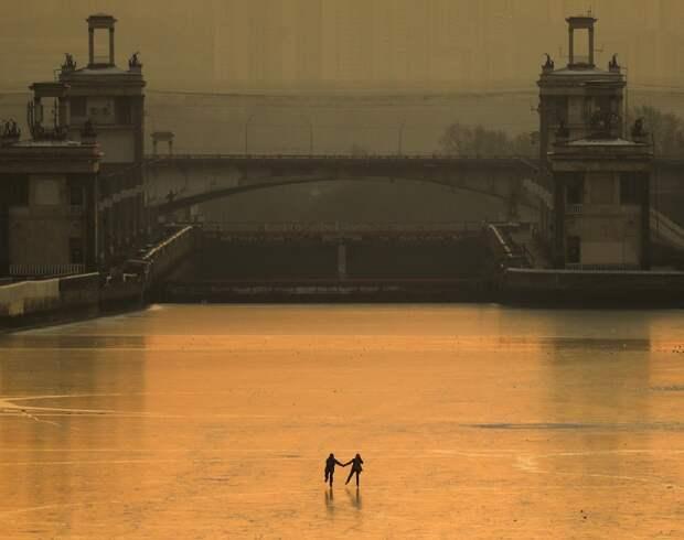Декабрь. Горожане катаются на коньках по льду канала имени Москвы.