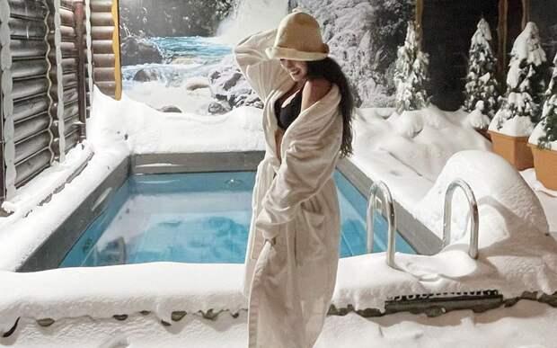 Олимпийская чемпионка Загитова устроила водные процедуры на улице и пробежалась по снегу: видео