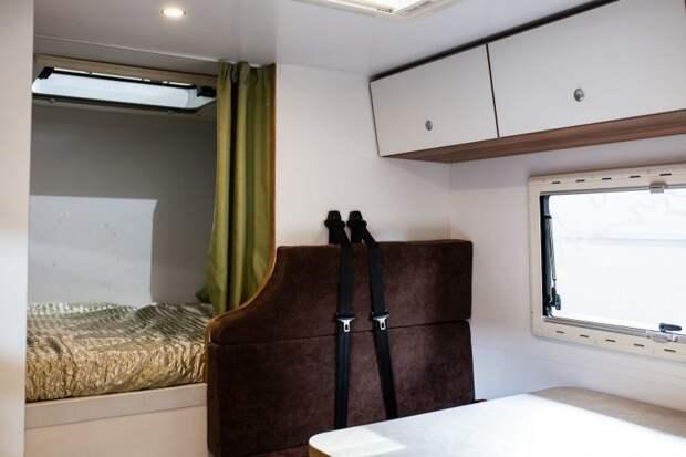 Спальное место можно зашторить, если кто-то вдруг собрался спать пока все остальные за столом. авто, внедорожник, газ, газ-66, грузовик, дом на колесах, кемпер, обзор