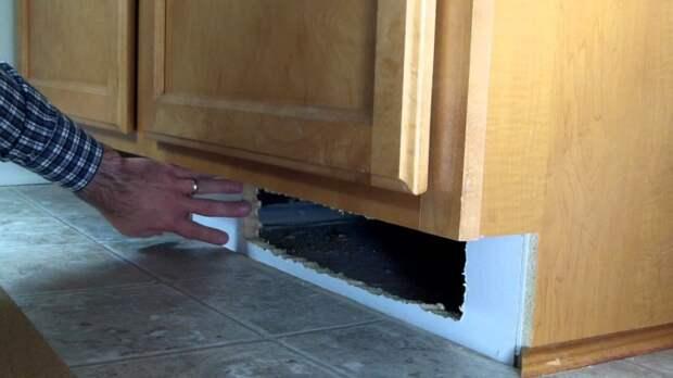 Тайник под шкафами (например, на кухне)