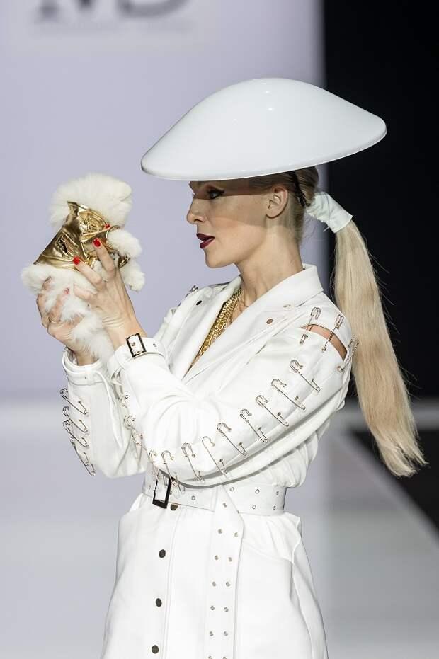 Появление крошечного шпица на Неделе моды в Москве произвело фурор