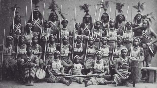 В западноафриканском королевстве Дагомея существовало воинское формирование целиком состоящее из женщин. Многие французские солдаты поначалу отказывались стрелять в этих амазонок, из-за чего несли большие потери