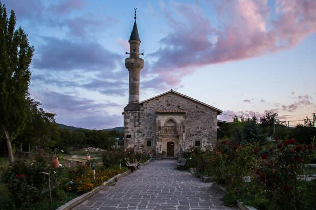 На фото: мечеть Узбека на закате в Старом Крыму.