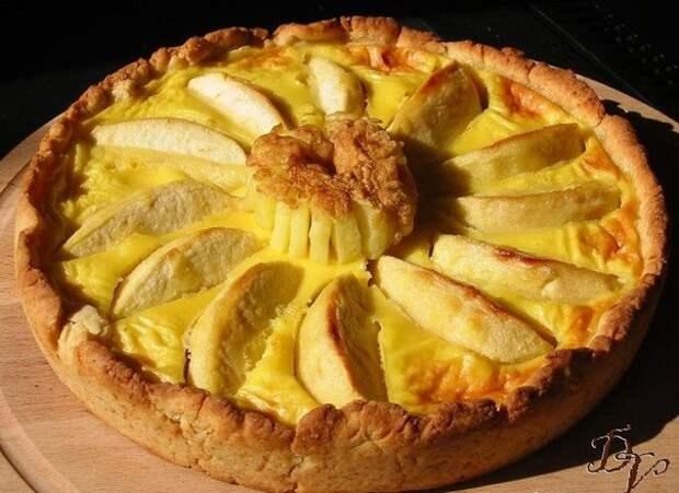 Пирог с яблоками, йогуртом и мёдом