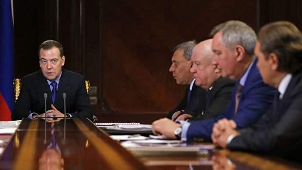 Медведев посоветовал руководству Роскосмоса меньше болтать, а больше делать