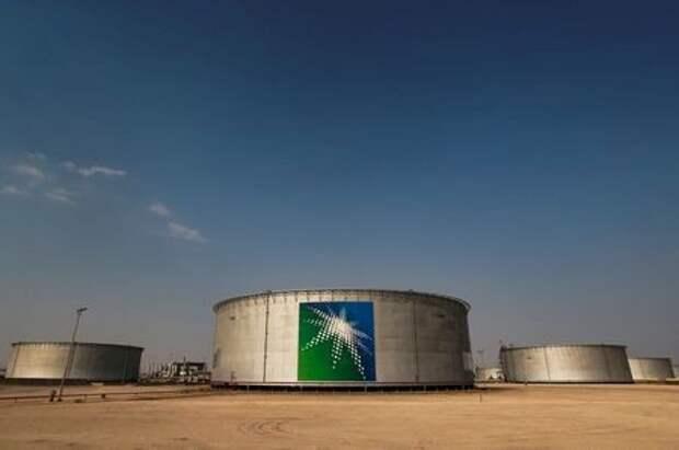 Резервуары с нефтью на заводе Saudi Aramco в Абкайке, Саудовская Аравия, 12 октября 2019 года. REUTERS/Maxim Shemetov