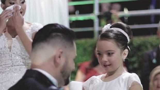 Жених перед алтарем заявил, что любит другую. Невеста расплакалась, увидев, на кого он показывает рукой