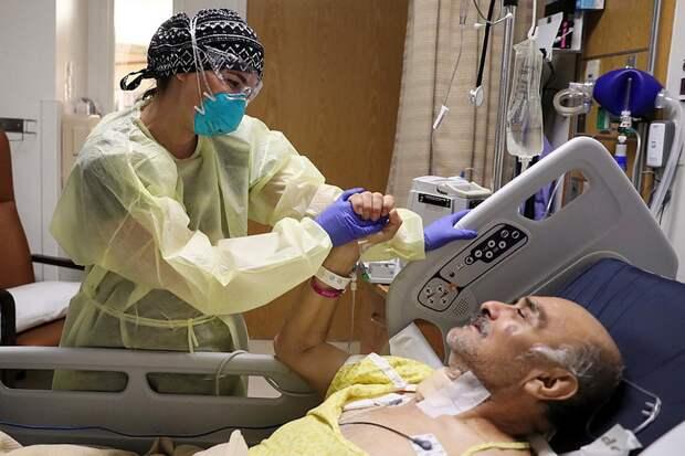 Врач и пациент с коронавирусом в одной из клиник Лос-Анджелеса.