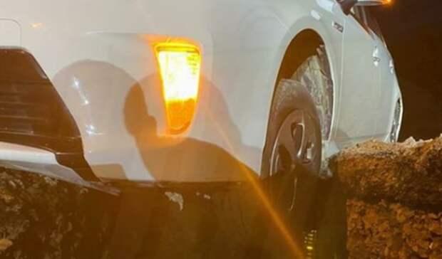 «Легендарная» машина провалилась в«преисподнюю» наодной изулиц Владивостока