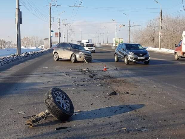 Иномарка влетела в маршрутку на улице Новоажимова в Ижевске